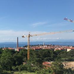 Pogled na gradbišče novega raziskovalnega inštituta InnoRenew CoE z Izolo v ozadju. Foto: Maša Resinovič