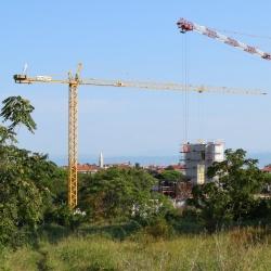 Pogled na gradbišče novega raziskovalnega inštituta Innorenew CoE z Izolo v ozadju, september 2020. Foto: Mojca Resinovič