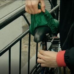 Plebian: kolesarski pripomoček - ohišje, ki vsebuje vodoodporno vrečko za zaščito sedeža pred dežjem